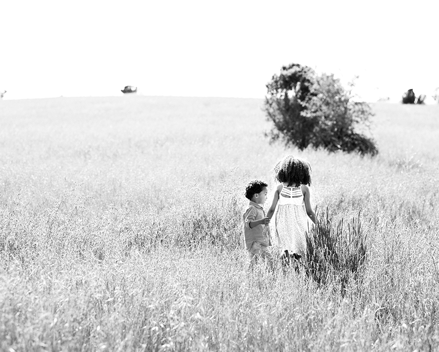 kids playing in field photo by san francisco bay area photographer kim tsui