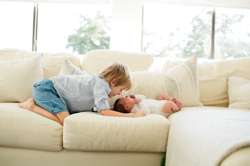family photographer brooke schwab's photo of kids on couch