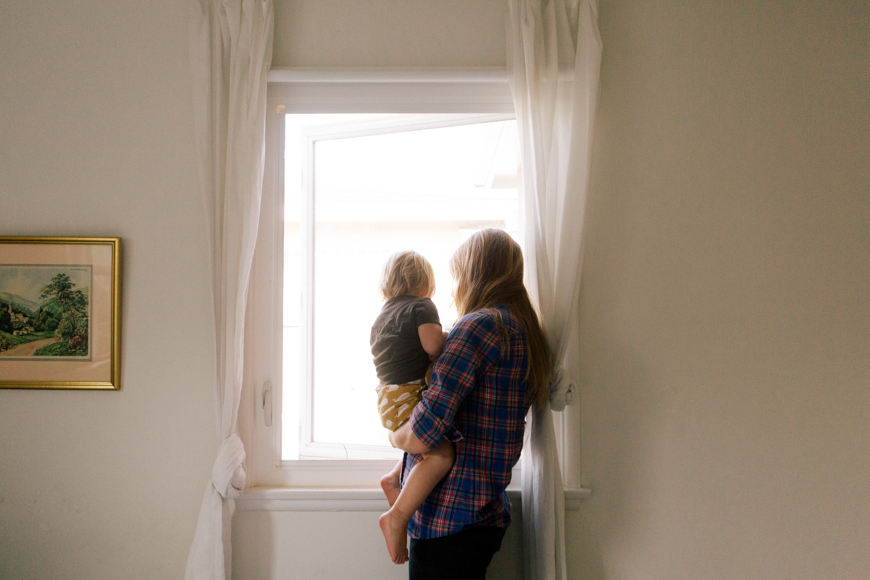 family photographer brooke schwab's photo of mom and boy in window light
