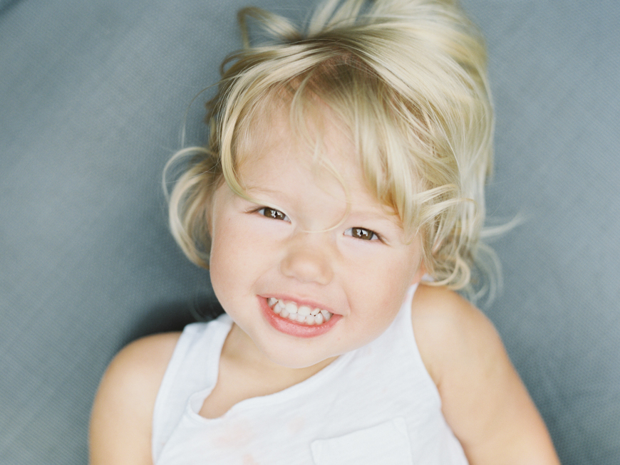baby with blonde curls photo by photographer mara wolff