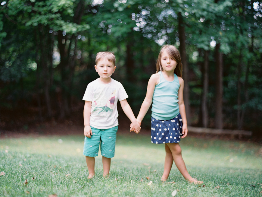 outdoor sibling shoot by photographer mara wolff
