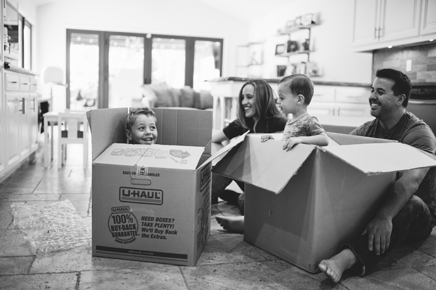 photographer sharon de la o's image of family in moving boxes