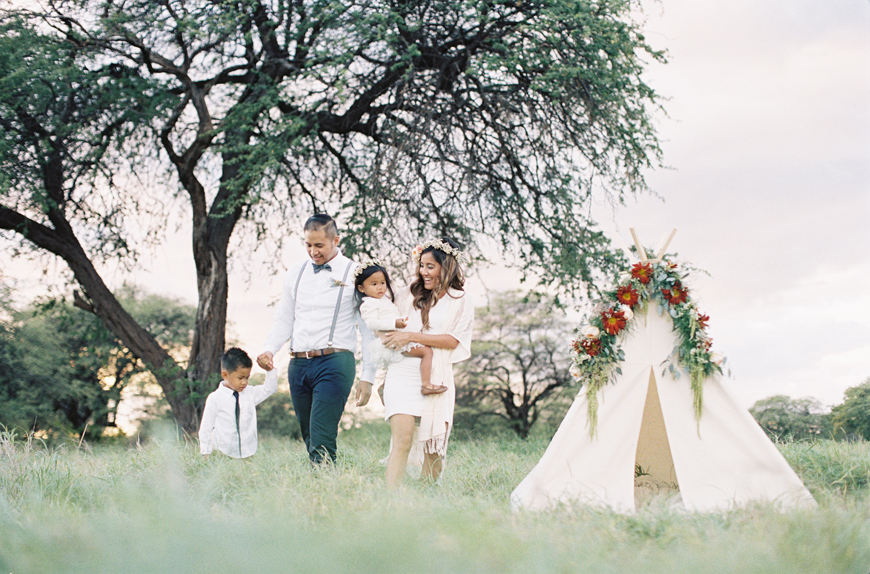 family photo in a field by by Hawaii photographer Alisa Greig