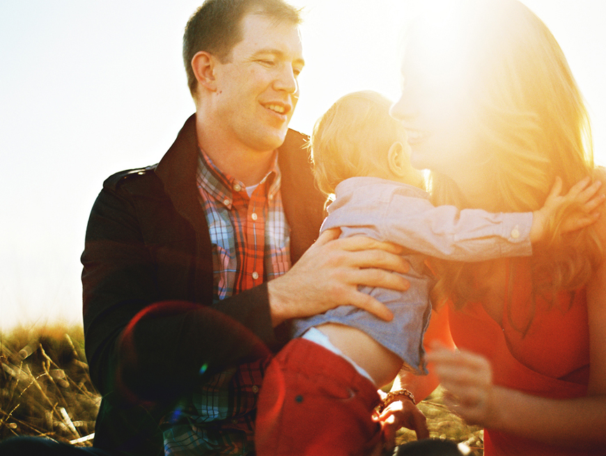 gorgeous sunflared image by jennifer tai of famly in field