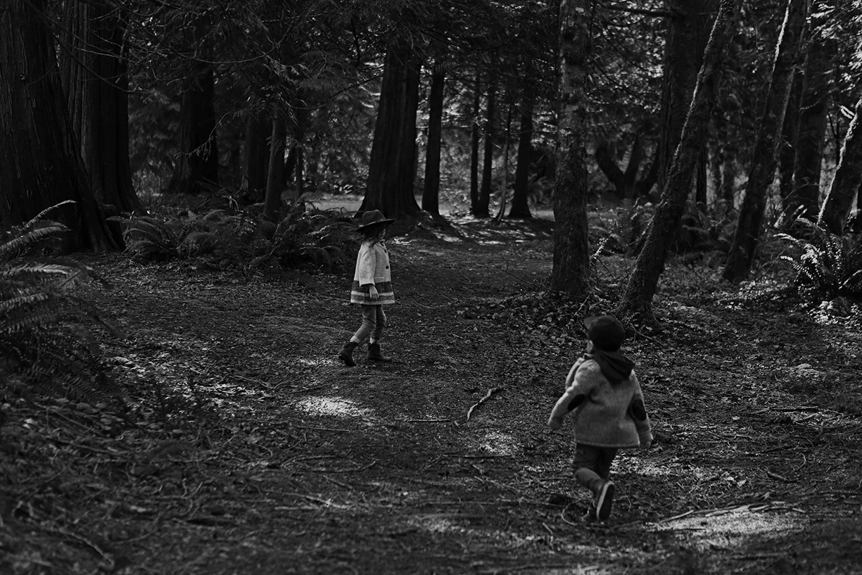 photo in black and white of sibilings exploring by Andrea Hanki