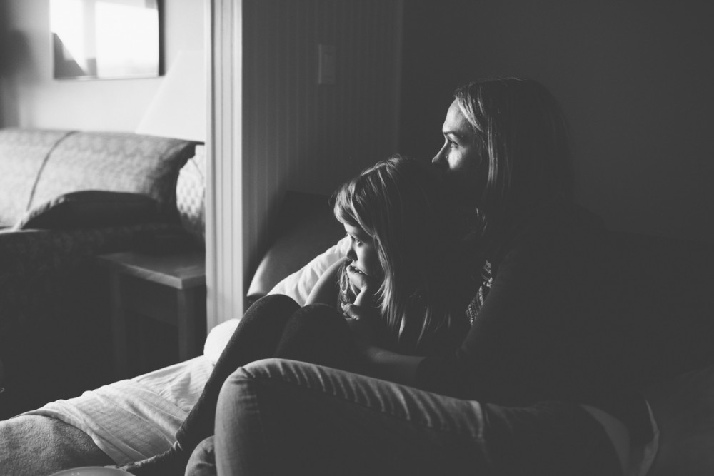 9 picture of girl and mom in hotel room with natural light by photographer shelby brakken