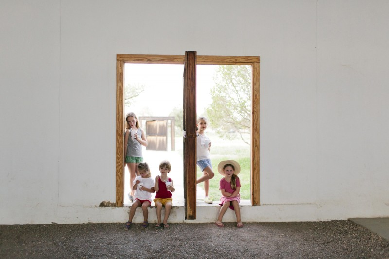 6 kids in doorway in malfa by texas photographer brooke schwab
