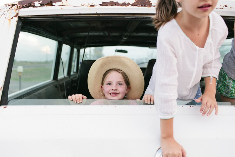 7 girls in the back of station wagon by texas photographer brooke schwab