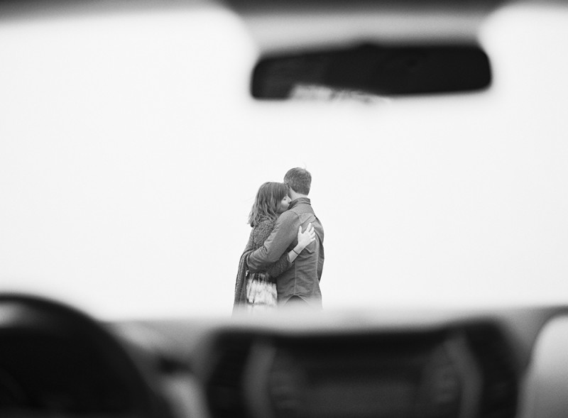 mi amore foto's black and white image of mom and dad hugging through car window
