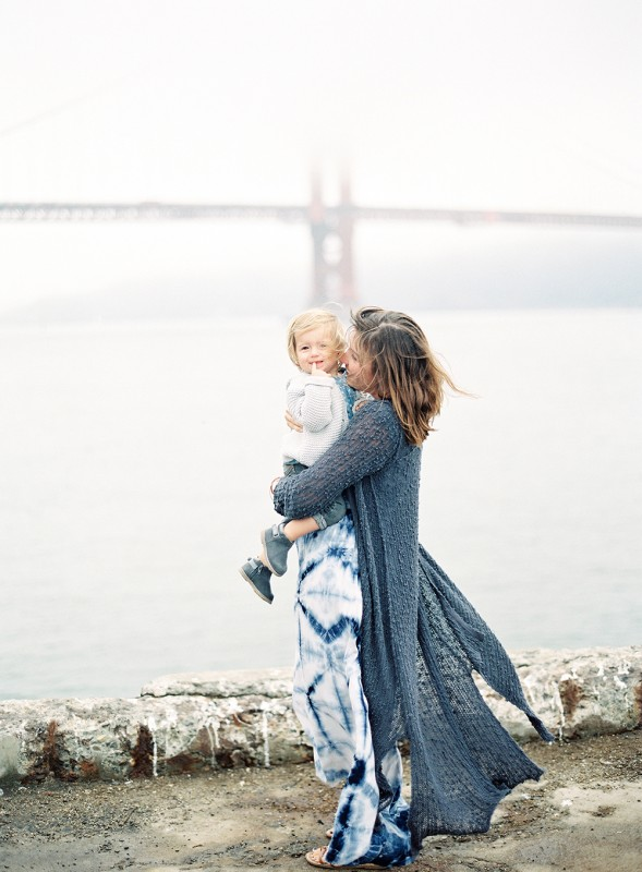 mi amore foto's image of mom and daughter hugging with golden gate bridge in background