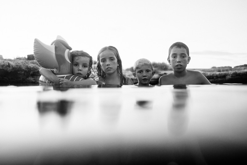 17-BW-image-of-children-partially-underwater-by-Summer-Murdock