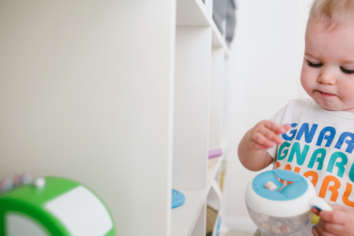 a photo of a child eating out of a snack trap by kansas city missouri photographer ashley parsons