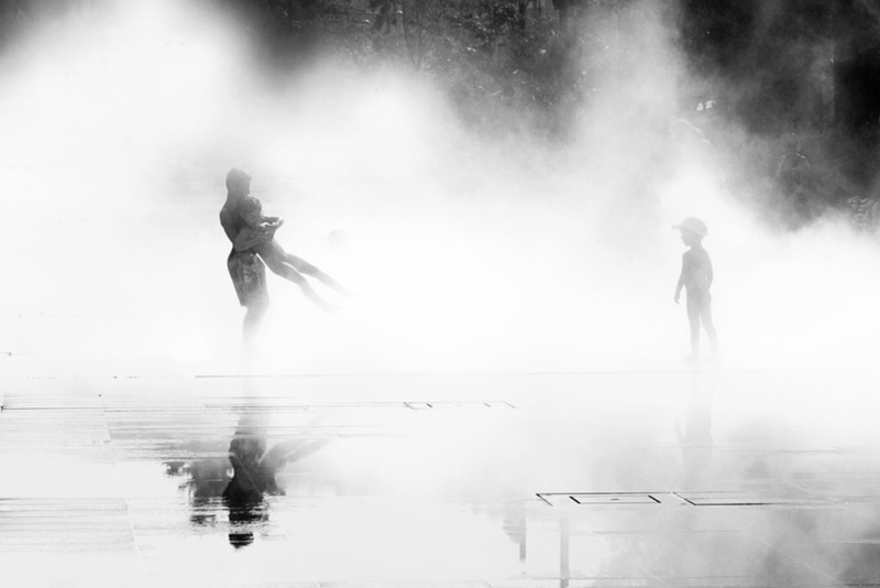 06_Small children play amongst water and steam by Pamela Joye_Siblings_France
