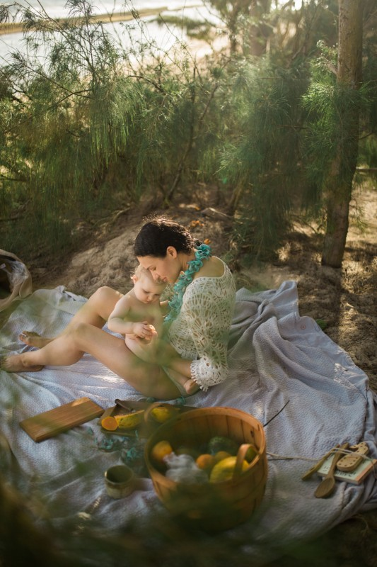 pic of mom having a picnic with child by Maui photographer Cadence Feeley